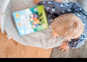 Nen amb tauleta digital