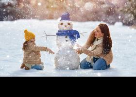 Mare i filla jugant a la neu