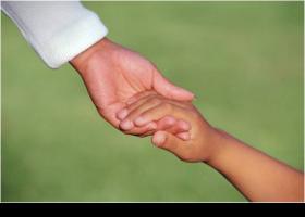 Mare donant la mà al seu fill