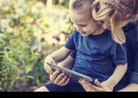 Madre y niño con una tableta digital