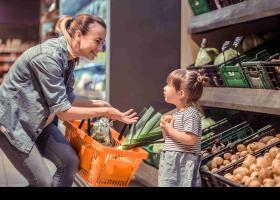 Mare i filla en el supermercat