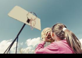 Niña jugando al básquet