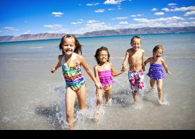 Niños corriendo por la playa