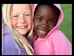 Nenes de diferents cultures abraçades
