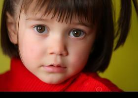 Niña con jersei rojo