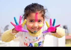 Nena amb les mans pintades