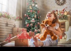 Niña contenta en Navidad