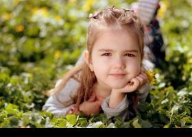 Nena gaudint de l'aire lliure