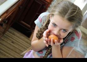 Nena amb un ou a les mans