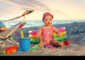 Niña pequeña jugando en la playa