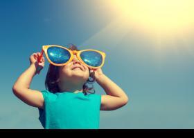Nena amb ulleres de sol