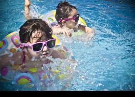 Nenes banyant-se a la piscina