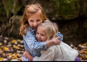 Nenes abraçades