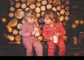 Niñas tomando leche con decoración navideña