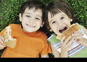 Niños comiendo un bocadillo