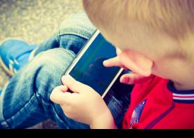 Nen utilitzant un mòbil
