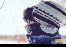 Niño con gorro y bufanda
