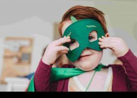 Niño disfrazado con una máscara