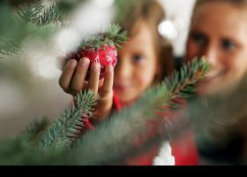 Niño sosteniendo una bola de Navidad