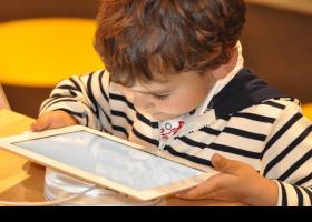 Niño jugando con una tableta