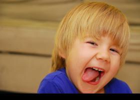 Niño con cara de travieso