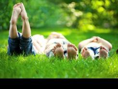 Nens estirats a l'herba