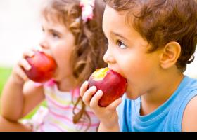 Nens menjant pomes