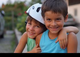 Nens amics somrient