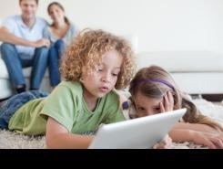 Nens utilitzant una tauleta digital