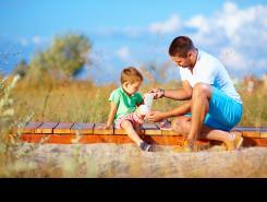 Padre curando la herida de su hijo