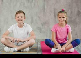 Nens practicant ioga