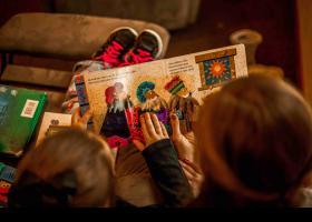 Niños con un cuento de Los Tres Reyes Magos