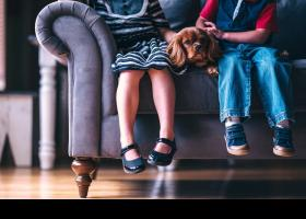 Niños sentados en el sofá con su perro