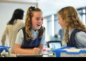 Niñas con uniforme escolar en el aula