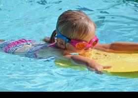 Niña practicando natación