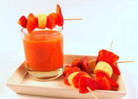 Suc de taronja sanguina, plàtan i maduixa amb broquetes