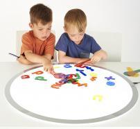 niños jugando con la tabla de luz TickIT