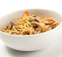Plato de espaguetis con verduras de temporada salteadas y ternera