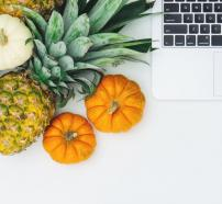 Fruta junto a un ordenador portátil