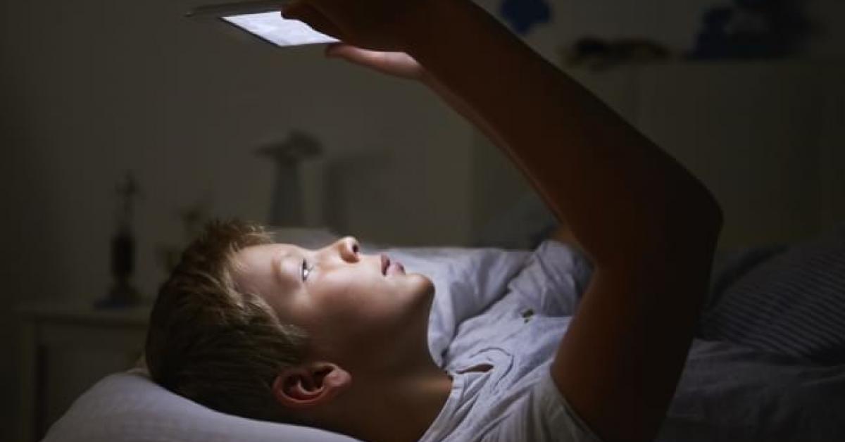 Adolescentes que trasnochan conectados a la pantalla, un nuevo fenómeno conocido como «vamping»