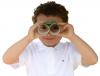 Niño con prismáticos caseros