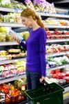 Dona comprant al supermercat